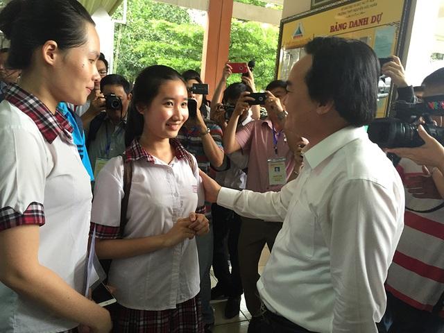 Thí sinh thi kỳ thi THPT quốc gia năm 2017 được Bộ trưởng Phùng Xuân Nhạ động viên