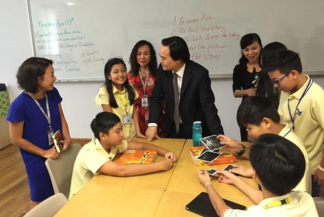 Bộ trưởng Nhạ trò chuyện với học sinh đang học tại Trường quốc tế Mỹ