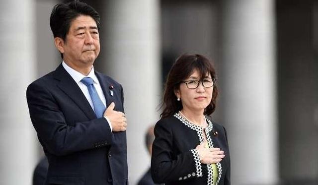 Thủ tướng Nhật Bản Shinzo Abe và Bộ trưởng Quốc phòng Tomomi Inada (Ảnh: Reuters)
