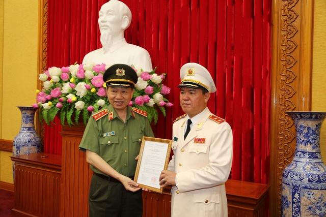Bộ trưởng Tô Lâm trao Quyết định của Thủ tướng Chính phủ giao Quyền Tổng cục trưởng Tổng cục Cảnh sát đối với Trung tướng Trần Văn Vệ.