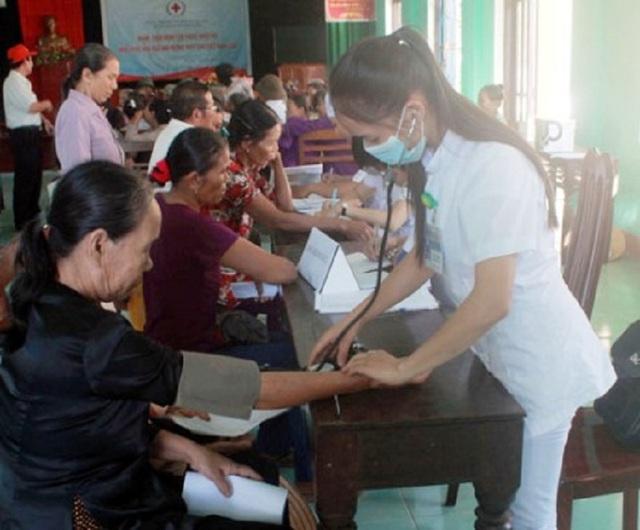 Hội Chữ thập đỏ tỉnh Quảng Bình phối hợp với Bệnh viện Đa khoa huyện Lệ Thủy tổ chức khám bệnh, cấp phát thuốc miễn phí cho người dân tại huyện Lệ Thuỷ.