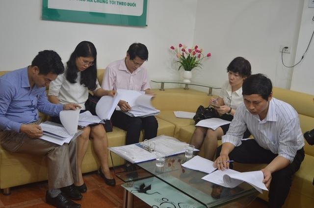 Đoàn kiểm tra kiểm tra hồ sơ pháp lý của Phòng khám Đa khoa Thiên Tâm.