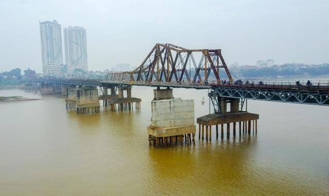 Cầu Long Biên được xây dựng từ năm 1898 và hoàn thành vào năm 1902, là cây cầu thép đầu tiên bắc qua sông Hồng, kết nối hai quận Hoàn Kiếm với Long Biên.