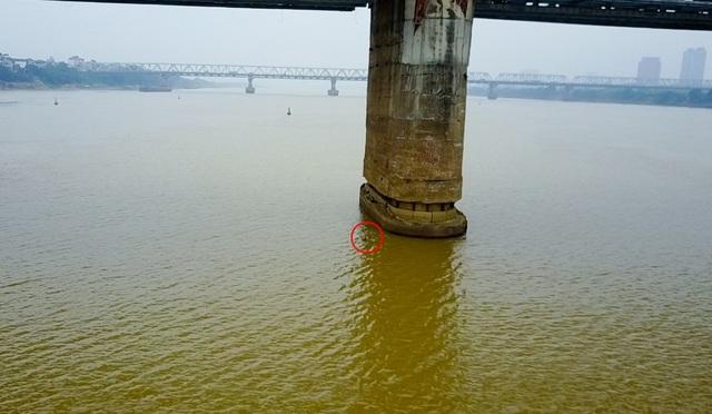 Ngày 24/11, Cục Đường thủy nội địa thông báo người dân phát hiện một vật thể dưới lòng sông ngay dưới cầu Long Biên, vị trí gần trụ cầu P13.