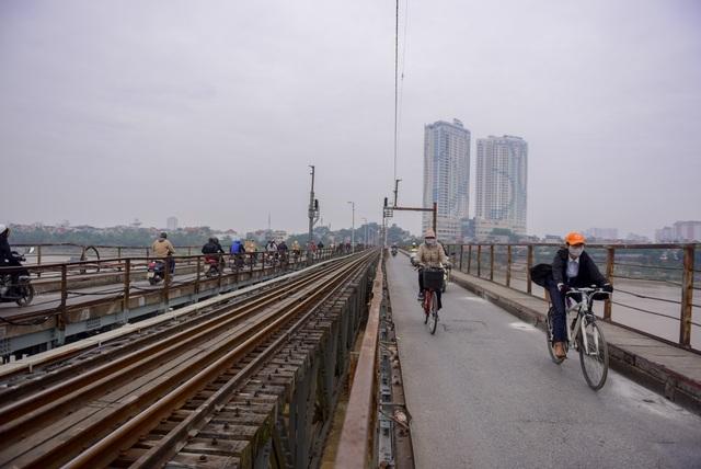 Sáng 27/11, việc đi lại qua cầu Long Biên vẫn diễn ra bình thường. Các đơn vị chức năng đang cân nhắc cách xử lý quả bom.