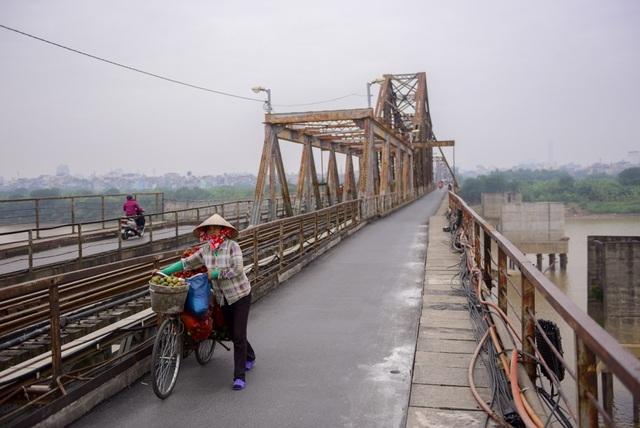 Thời chống Mỹ, trong hai cuộc chiến tranh phá hoại miền Bắc vào năm 1965 và năm 1972, cầu Long Biên đã bị ném bom tới 14 lần làm sập 7 nhịp cầu. Các nhịp cầu bị phá huỷ sau đó được xây dựng lại có hình dáng như ngày nay.