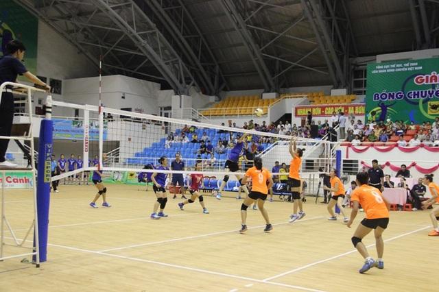 Hai đội đầu tiên bước vào thi đấu sau lễ khai mạc