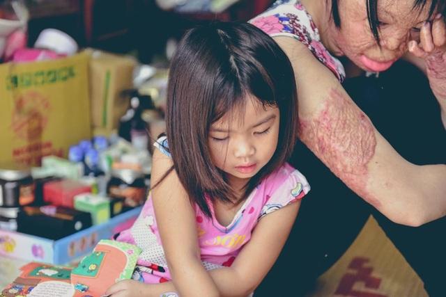 Dung kể, thời gian đầu hai con gái cô nhất định không chịu gọi mẹ, thấy mẹ ở đâu là lại khóc thét.
