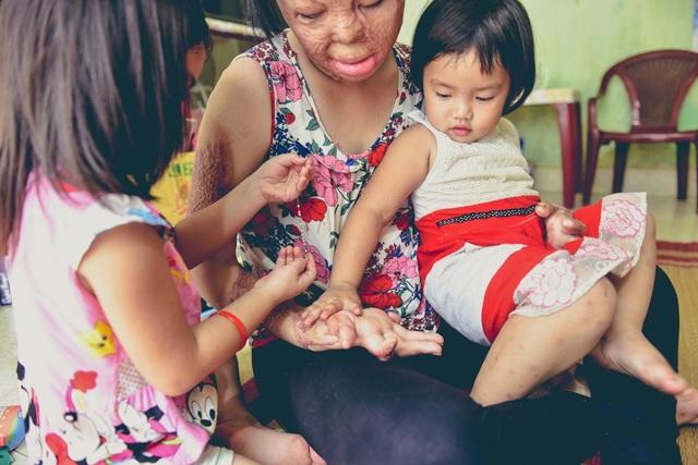 Động lực sống của Dung hiện tại là hai người con gái và người mẹ năm nay đã 60 tuổi.