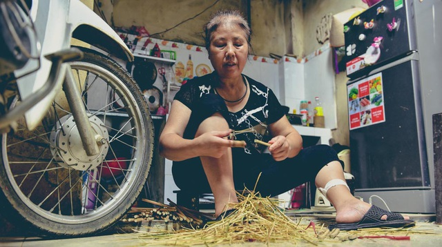 Hàng ngày bà Duyên, mẹ Dung tranh thủ nhận thêm công việc vót đũa thuê kiếm thêm thu nhập.