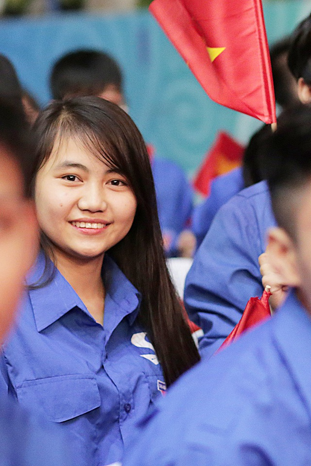 Nụ cười tươi tắn của một tình nguyện viên tại chương trình nghệ thuật Khát vọng trẻ lần thứ 11