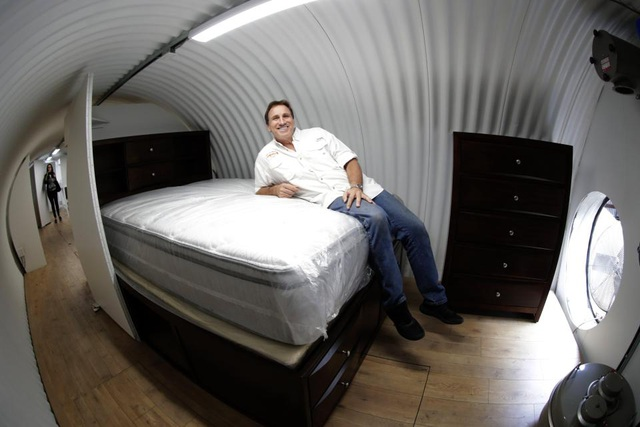 Ông Ron Hubbard giới thiệu một trong số giường ngủ bên trong một boong ke hạng sang dành cho 6 người của công ty Atlas Survival Shelters. (Ảnh: EPA)