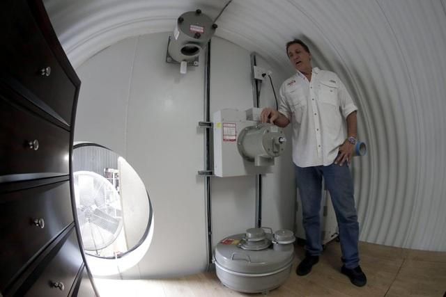 Ông Hubbard đứng cạnh hệ thống lọc không khí bên trong boong ke. Hệ thống này sẽ giúp bảo vệ con người trong trường hợp xảy ra cuộc tấn công hạt nhân. (Ảnh: EPA)