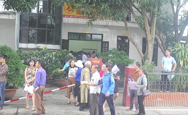 Người dân đến trạm BOT Cienco 4 để làm vé miễn phí qua cầu Bến Thuỷ 1.