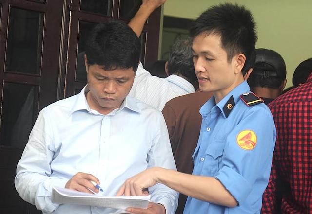 Cán bộ hướng dẫn người dân làm thủ tục để đăng ký vé miễn phí.