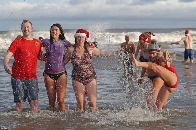 Nhiệt độ xuống âm 8 độ C, hàng nghìn người vẫn lao xuống... tắm biển - 9