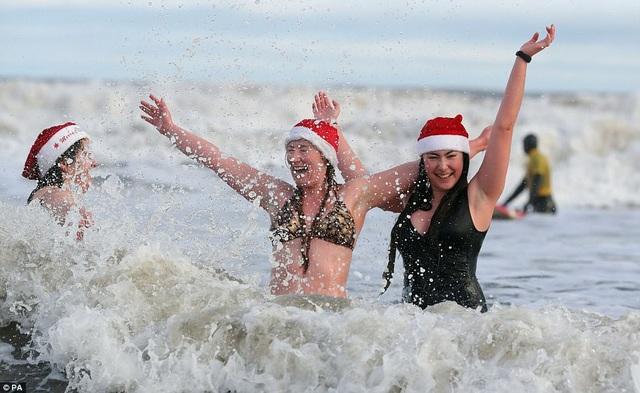 Nhiệt độ xuống âm 8 độ C, hàng nghìn người vẫn lao xuống... tắm biển - 7