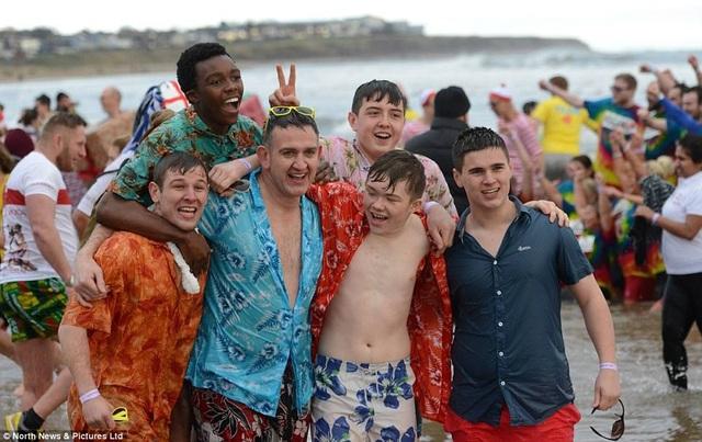 Các nam thanh niên trong trang phục áo sơ mi nhiều màu
