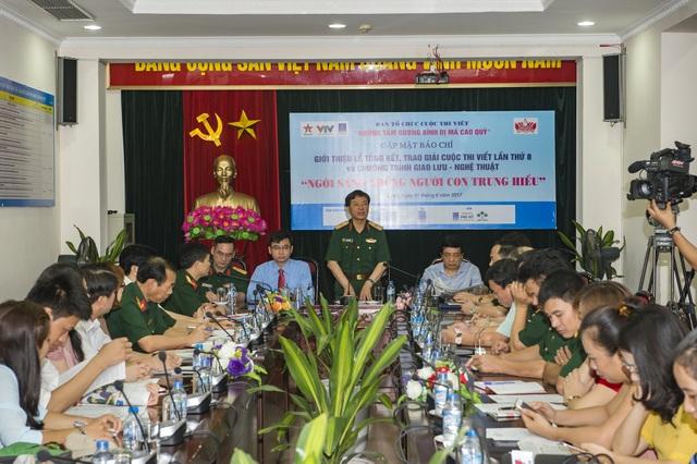 Toàn cảnh buổi họp báo công bố lễ trao giải cuộc thi viết Những tấm gương bình dị mà cao quý diễn ra tại Hà Nội sáng 1/6.