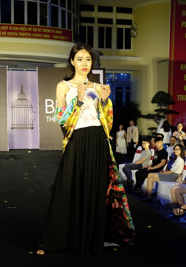 Một bộ trang phục được thiết kế bởi Lê Phương Thảo – sinh viên trường ĐH Ngoại thương từng được giới thiệu trên tạp chí thời trang nổi tiếng