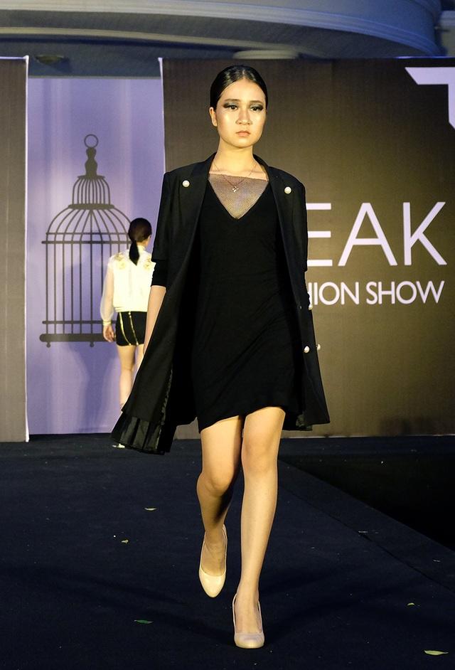 Nguyễn Hạnh Linh diện trang phục váy đen và áo khoác đơn giản mang ý nghĩa Just Wear, hướng về thời trang unisex với chất liệu chủ đạo là metallic, xóa nhòa những tư tưởng về định kiến thời trang phải khác nhau ở từng giới.