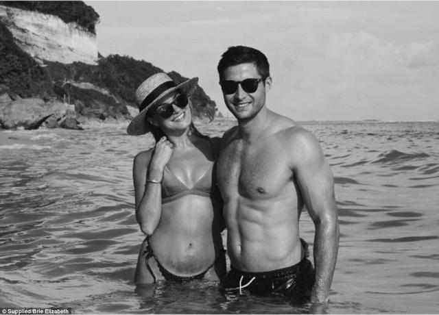 Cặp đôi hiện đang sống tại Singapore nhưng luôn muốn quay lại Úc để nhớ lại khoảng khắc lần đầu họ gặp nhau và chạm vào nhau.
