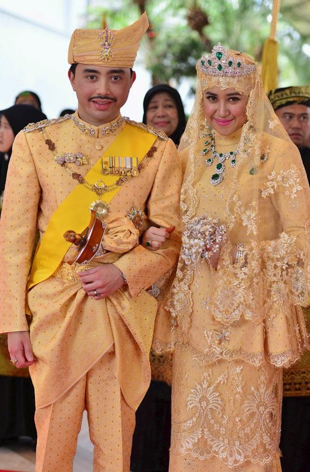 Hoàng tử Abdul Malik và cô dâu Dayangku Raabiatul Adawiyyah Pengiran Haji Bolkiah trong lễ cưới được tổ chức theo nghi lễ truyền thống tại cung điện Nurul Iman của Brunei ở Bandar Seri Begawan năm 2015. Bộ váy cưới của cô dâu được thiết kế cầu kỳ với nhiều đá quý nhưng vẫn mang đậm phong cách của hoàng tộc Brunei. (Ảnh: Reuters)