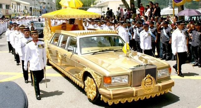 Siêu xe mạ vàng 24K đắt nhất thế giới của Quốc vương Brunei Hassanal Bolkiah (Ảnh: The Gentlement Journal)