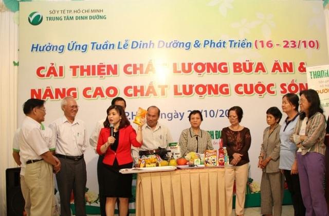 """""""BS.CK2 Đỗ Thị Ngọc Diệp - Giám đốc Trung tâm Dinh dưỡng TPHCM giới thiệu một loại hạt nêm bổ sung i-ốt""""."""