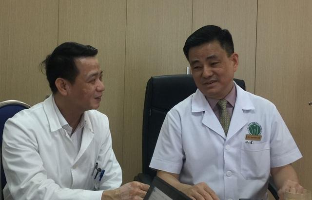 GS.TS Trịnh Đình Hải (bên phải) - Giám đốc bệnh viện và PGS.TS Lê Ngọc Tuyến, Trưởng khoa Phục hình Hàm Mặt
