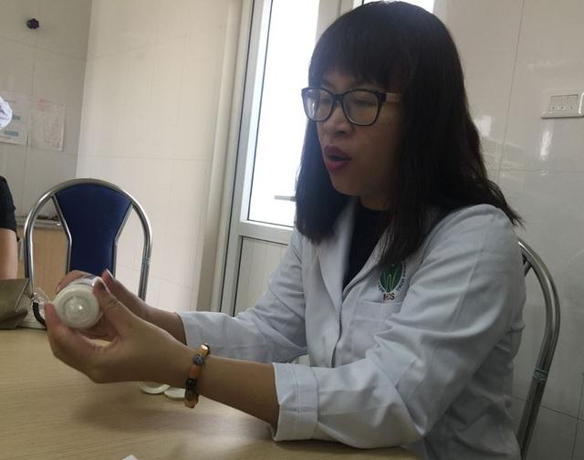 BS Oanh cho biết hiện bình sữa đặc biệt dành cho trẻ dị tật hở môi, vòm miệng nếu được tài trợ miễn phí thì sẽ rất tốt cho quá trình điều trị của các bệnh nhi nghèo