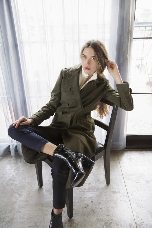 Chủ đề Military Chic được chụp hình look book bởi người mẫu nước ngoài.