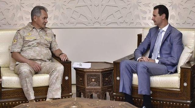 Bộ trưởng Quốc phòng Nga Sergey Shoigu (trái) và Tổng thống Syria Bashar Assad (Ảnh: RT)
