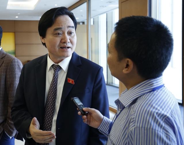 Bộ trưởng GD-ĐT Phùng Xuân Nhạ trao đổi bên hành lang Quốc hội sáng 30/10.