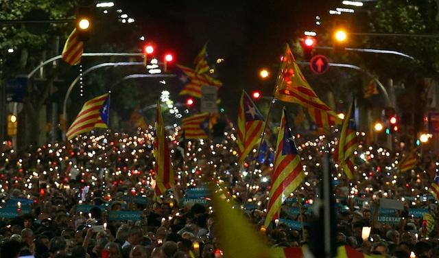 Biểu tình rúng động Barcelona phản đối bắt giam hai lãnh đạo ly khai Catalonia - Ảnh 1.
