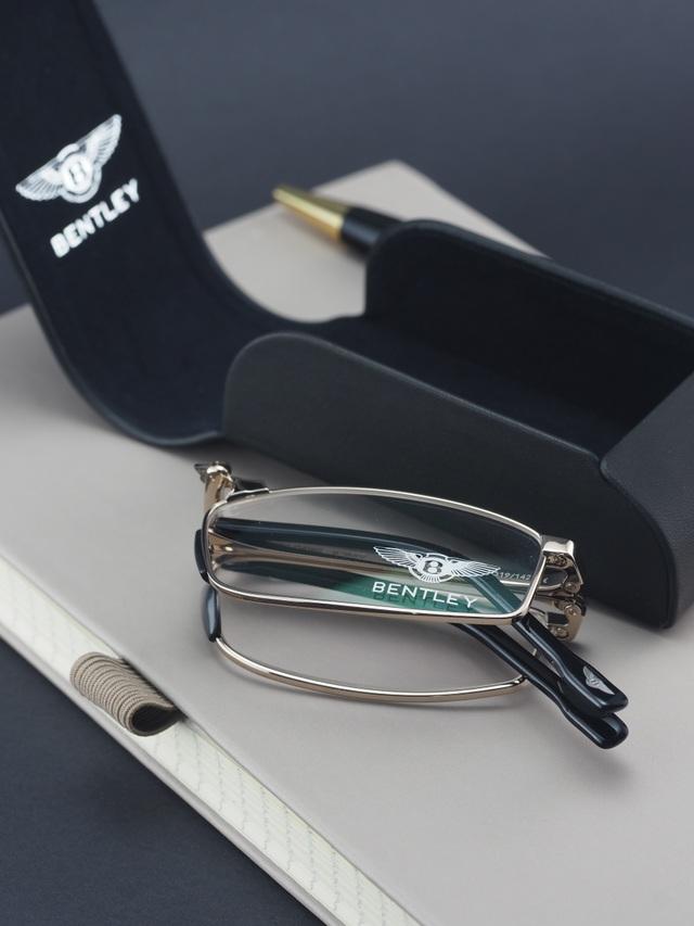 B - 8070, mẫu kính đọc sách chuyên dụng của Bentley có thiết kế thanh lịch được phủ vàng trắng. Sau khi gập lại, kính có thể nằm gọn trong lòng bàn tay. Kính giá 25,5 triệu.