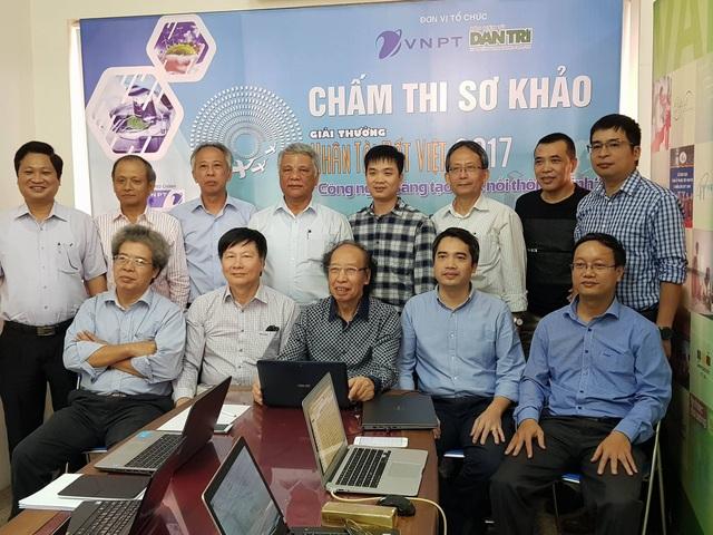 Ban tổ chức chụp ảnh lưu niệm cùng với các thành viên thuộc Hội đồng chấm sơ khảo năm 2017.