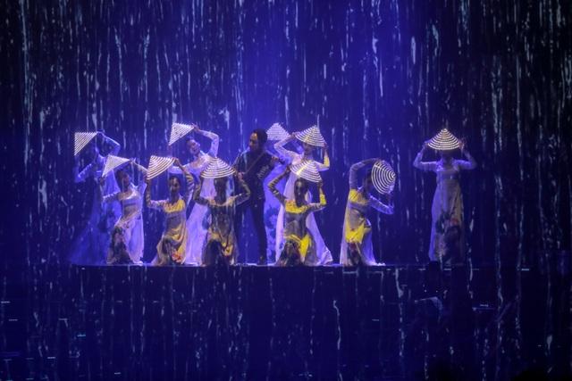 Lớp vải mỏng xuyên thấu kích thước lớn treo trước mặt nghệ sĩ cùng hiệu ứng ánh sáng đã tạo nên vòng tròn sân khấu phụ khiến người xem ngỡ đâu hình ảnh nghệ sĩ biểu diễn là những thước phim phát lại từ màn hình tinh thể lỏng. (Ảnh: BTC).