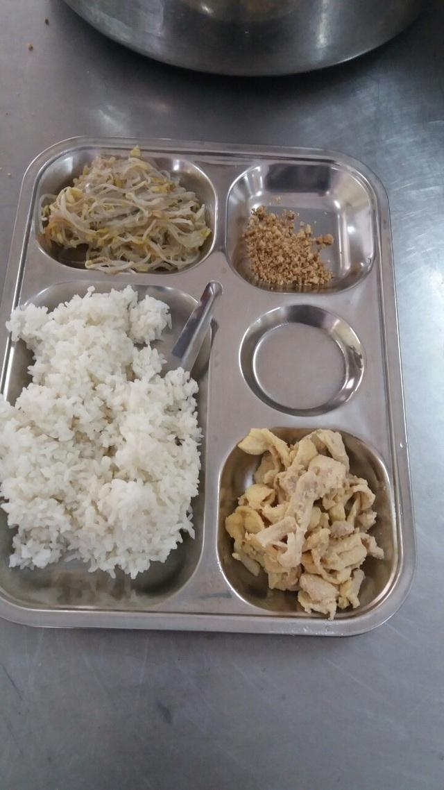 Suất ăn của HS Trường PTCS Nguyễn Đình Chiểu (ảnh: Lao động)