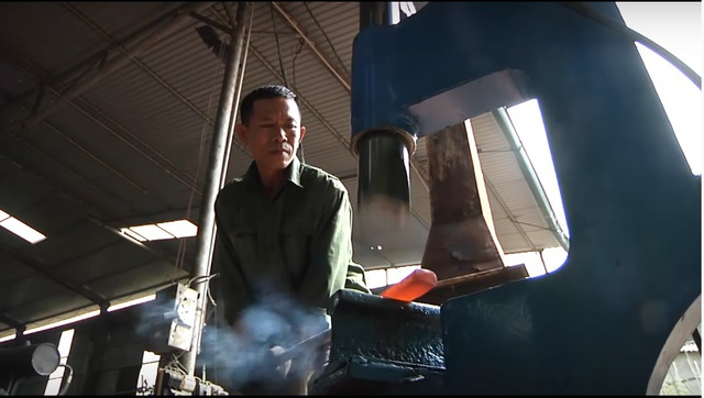 Anh Lê Văn Thỏa trong một lần thử nghiệm chiếc máy rèn.