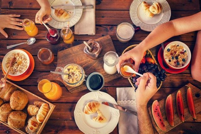 Biến bữa sáng thành bữa chính và bỏ các bữa phụ giúp tránh tăng cân.