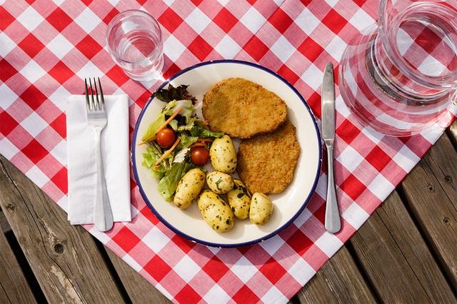 Áo- schnitzel, khoai tây, salad