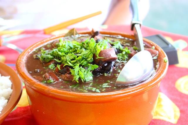 Brazil- Feijoada, cơm, nước dừa