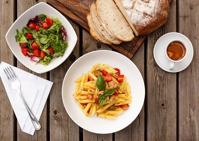 Italia- mì Ý cá ngừ sốt cà chua, salad, cà phê