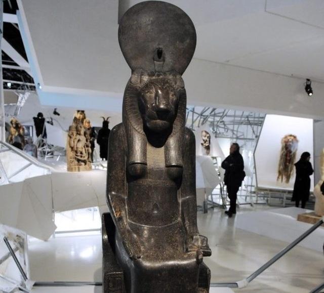 Bức tượng nữ thần Sekhmet được trưng bày trong triển lãm Les maitres du desordre. (Nguồn: AFP).