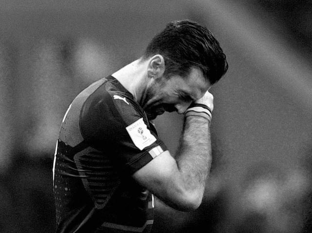 Dù cố tỏ ra mạnh mẽ nhưng Buffon không giấu nổi những giọt nước mắt