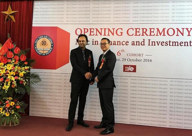 PGS. TS. Bùi Đường Nghiêu, Viện trưởng Viện Đào tạo Quốc tế - Học viện Tài chính và Ông Raj Dass Đại diện Trường Đại học Greenwich (vương quốc Anh) trong buổi Lễ Khai giảng Chương trình Thạc sỹ Tài chính và Đầu tư Khóa 6, tháng 9/2016 tại Hà Nội.