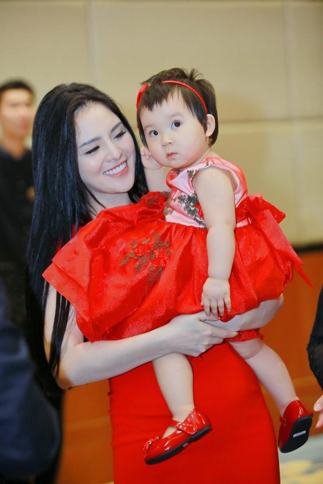 Vợ chồng ca sĩ Bùi Lê Mận nói lời cám ơn quan khách trong tiệc mừng sinh nhật con gái. Những hình ảnh dưới là bà nội và ca sĩ Thuỵ Miên chụp hình lưu niệm với bé Bảo Ngân - nhân vật chính của bữa tiệc.