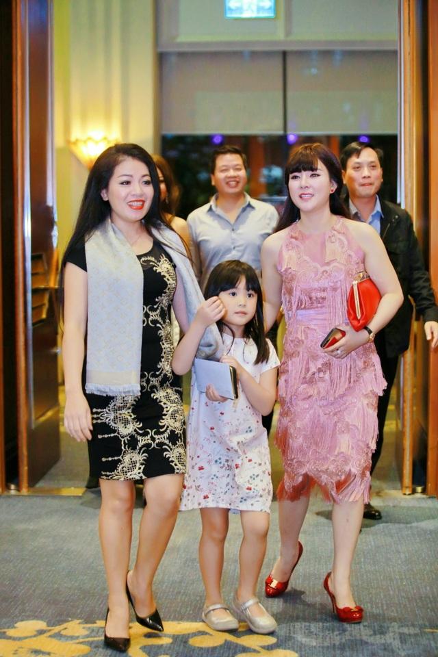 Ca sĩ Anh Thơ dẫn con gái đến chia vui cùng vợ chồng ca sĩ Bùi Lê Mận.