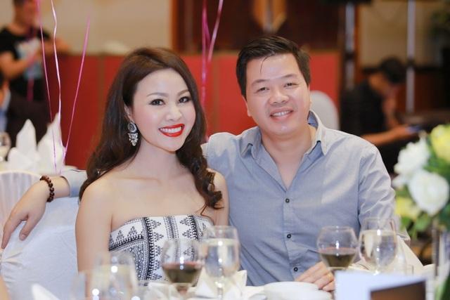Nhan sắc xinh đẹp của bà xã nghệ sĩ Đăng Dương khiến nhiều người phải ngỡ ngàng.